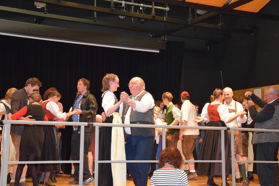 Den Eröffnungstanz übernahmen die Klienten der Lebenshilfe mit den Mitgliedern der Jungbauernschaft/Landjugend Gebiet Brixental.