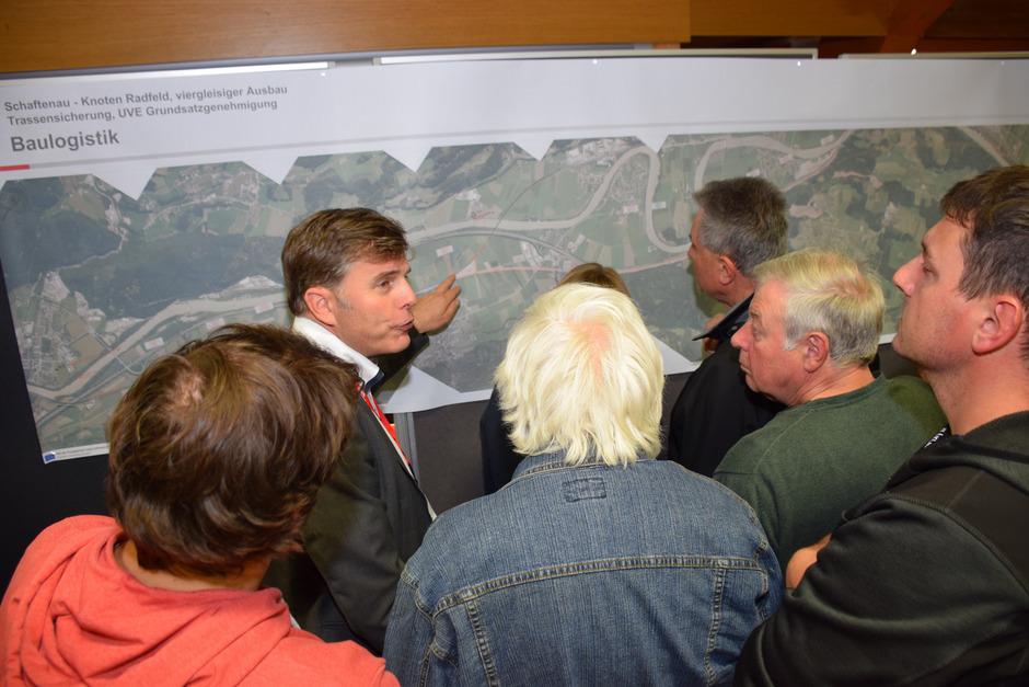 Projektmitarbeiter der ÖBB erklärten die Pläne und standen für die Fragen der Besucher bereit.