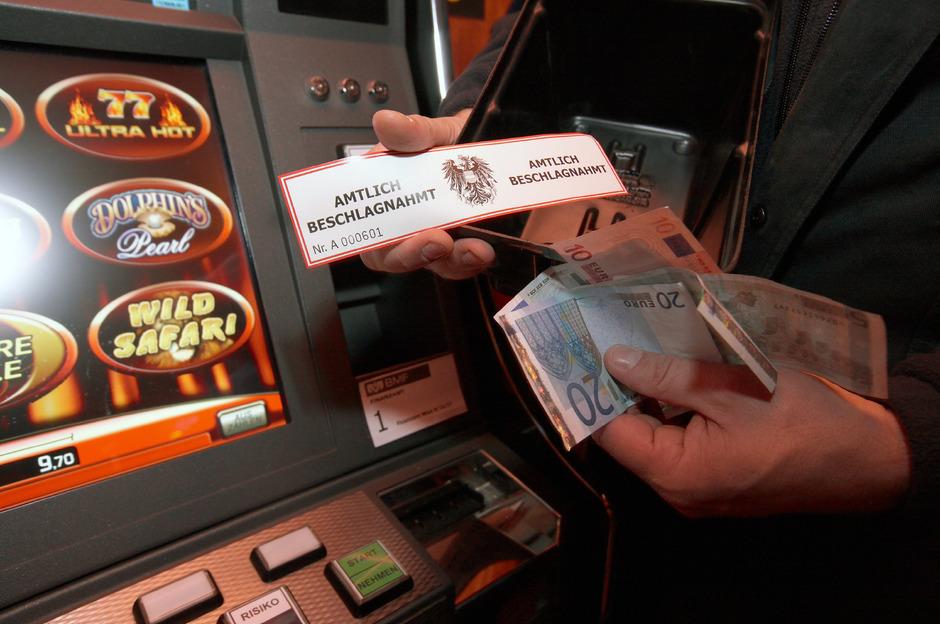 Immer wieder werden auch im Bezirk Kufstein bei Razzien Glücksspiellokale zugesperrt.