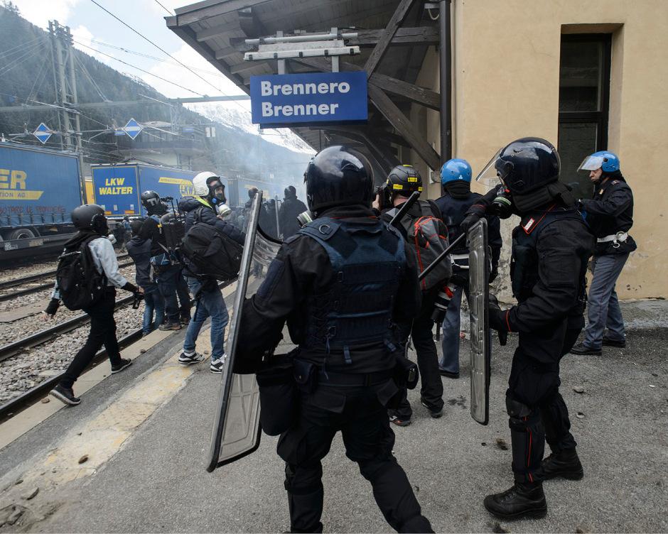 Einsatzkräfte von Polizei, Rettung etc. sehen sich zunehmend Gewalt ausgesetzt, und das nicht nur bei Demonstrationen wie hier im Jahr 2016 gegen die damals geplanten österreichischen Grenzkontrollen am Brenner.