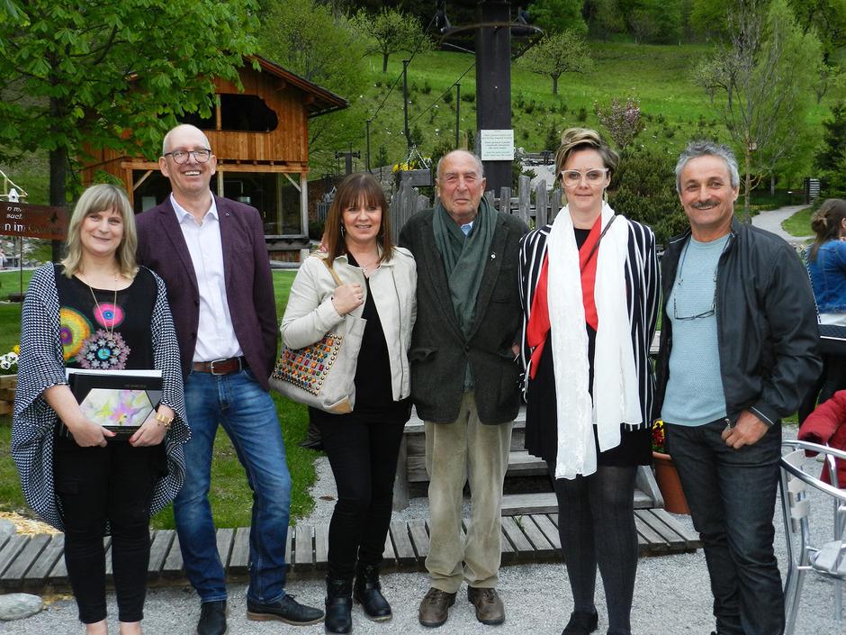 Vitalpinum-Hausherr Michael Unterweger (2.v.l.) mit den ausstellenden Künstlern Andrea Girstmair, Christine Gasser, Michael Rohracher, Petra Mühlmann-Hatzl und Kurt Wierer (v.l.).