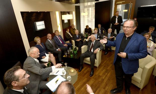 Moser-Holding-Chef Hermann Petz begrüßt Heinz-Christian Strache in der TT-Lounge.
