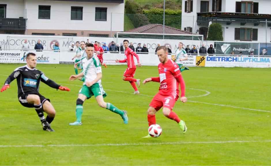 Der SC Schwaz mit Harald Cihak (rotes Trikot) gewann souverän 5:0 in Kirchbichl.