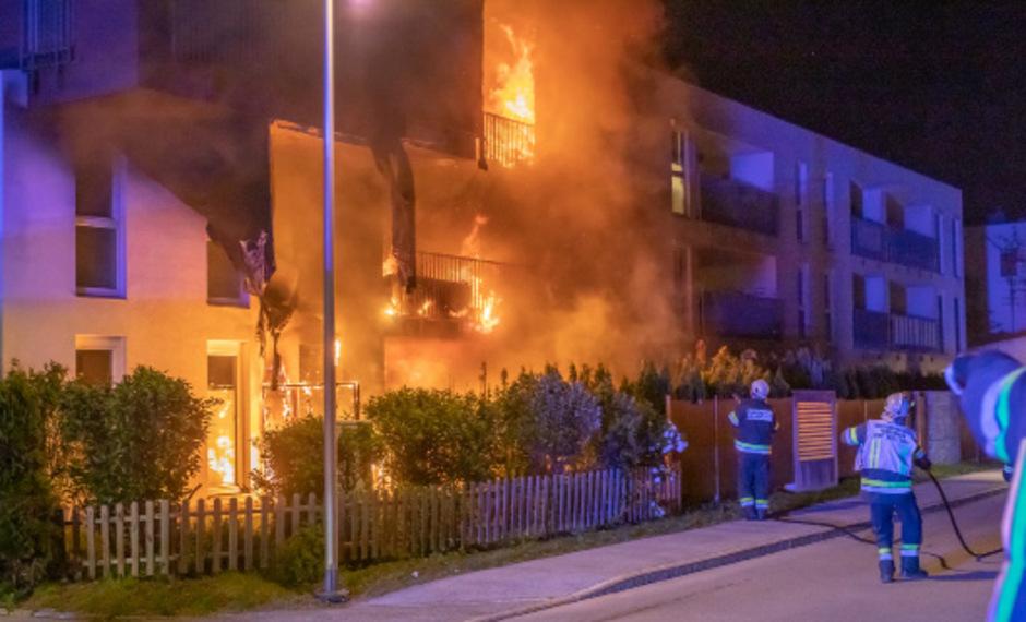 Die Flammen breiteten sich über die Fassade aus.