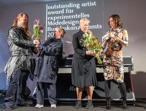 Markus Pires-Mata, Karin Krapfenbauer (outstanding artist award für experimentelles Modedesign des Bundeskanzleramts) sowie Gudrun Schreiber (Bundeskanzleramt) und Moderatorin Miriam Hie.