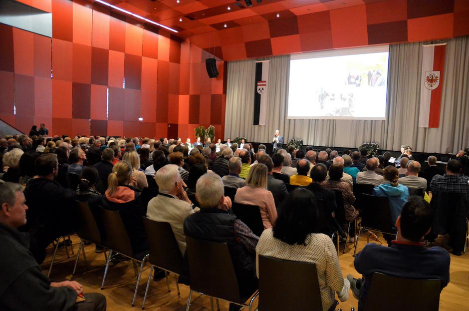 Der Silbersaal am Dienstagabend: Viele Schwazer lauschten den Ausführungen von BM Hans Lintner, etliche hatten Fragen an ihn.