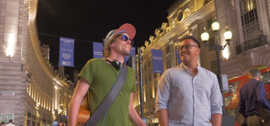"""Musiker Vincent Nussbaumer (l.) und der Sänger Jeffrey Gabunia haben beim Videodreh zum Song """"I'll be waiting"""" in London viele Blicke auf sich gezogen."""