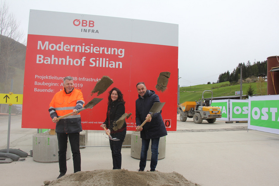Siegfried Moser (ÖBB), LH-Stv. Ingrid Felipe und Bürgermeister Hermann Mitteregger (v.l.) beim Spatenstich für den Bahnhof Sillian.