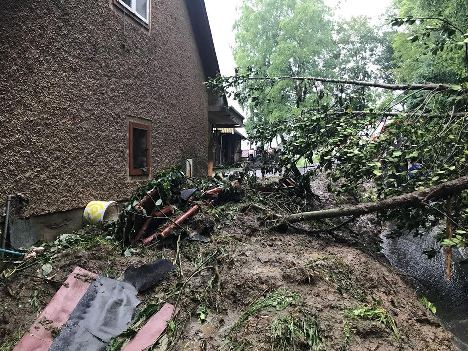 Starke Regenfälle haben am 4. Juni 2018 in St. Lorenzen in der Steiermark zu Murenabgängen geführt. Straßen waren teils unpassierbar und Gehöfte abgeschnitten.