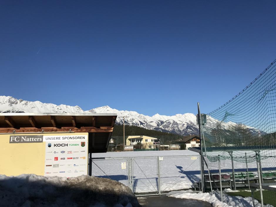 Im Winter herrschte Frieden am Natterer Fußballplatz. Nach einer Anrainerklage wegen Blendung kommt es heute vor Ort zur Verhandlung.