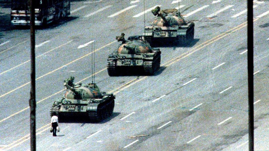 Ein Demonstrant stellt sich den Panzern entgegen: Das Bild vom Tiananmen-Platz ging 1989 um die Welt. Hunderte Menschen starben, als die Soldaten das Feuer auf die Demonstranten eröffnete.