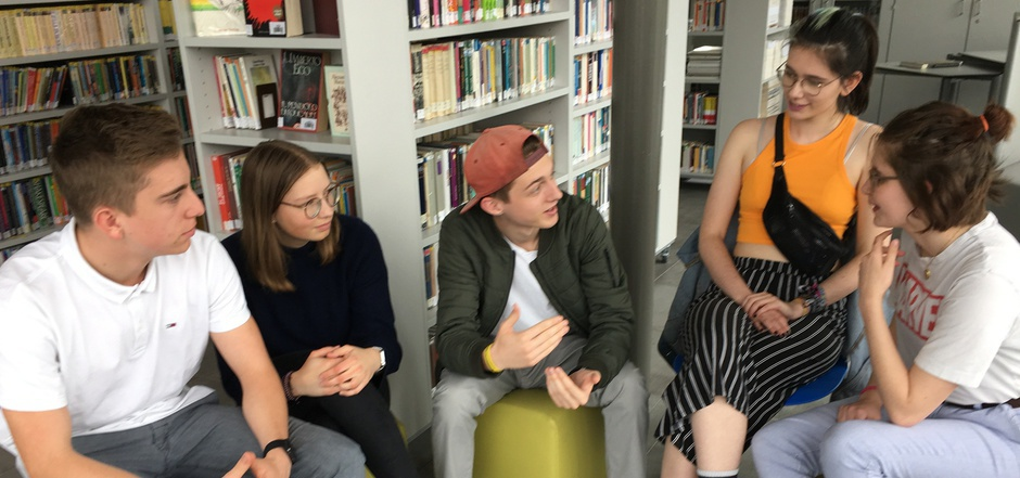 Sebastian, Lina, Martin, Barbara und Lena von der Klasse 3DHW des Medienzweiges diskutieren in der Bibliothek der Innsbrucker Ferrarischule über Europa.