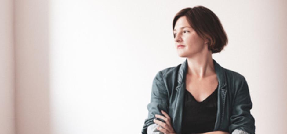Die bereits mehrfach ausgezeichnete Schriftstellerin Laura Freudenthaler wurde 1984 in Salzburg geboren und lebt in Wien.