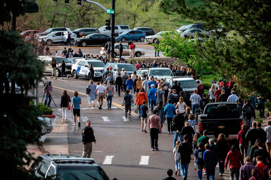 Nach der Schießerei in der High School in Highlands Ranch  wurden die Schüler evakuiert.