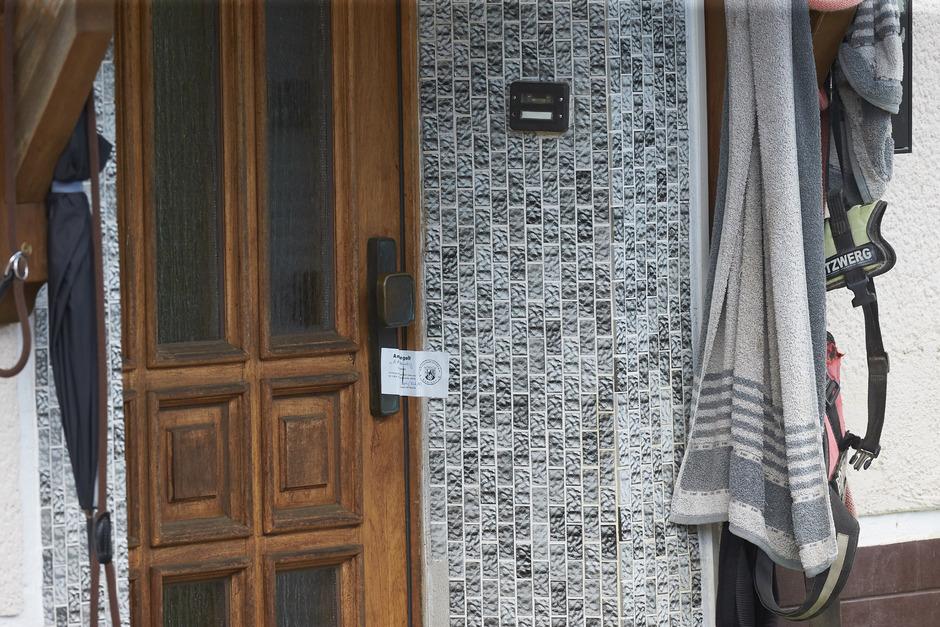 Der Eingang zum Wohnhaus, in dem zwei der in Passau tot aufgefundenen Personen gelebt haben.