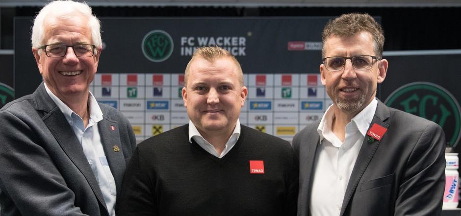 Blicken einer ungewissen Wacker-Zukunft entgegen – Präsident Gerhard Stocker, Coach Thommy Grumser und Sportmanager Alfred Hörtnagl (v.l.).