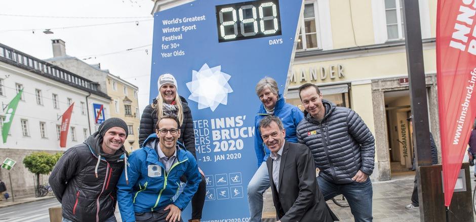 Noch 240 Tage bis zu den Masters Games (v.l.): Die Ex-Wintersportler Andi Widhölzl und Niki Hosp sowie OK-Chef Georg Spazier, Volunteer Petra Von der Voor, BM Georg Willi und Slalom-Ass Manfred Pranger freuen sich.