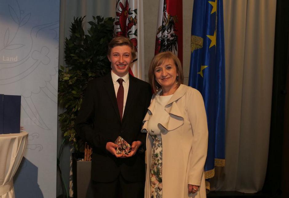 Manuel Kaufmann aus Tobadill ist Lehrling des Jahres 2018, LR Beate Palfrader gratulierte dem erfolgreichen jungen Mann.