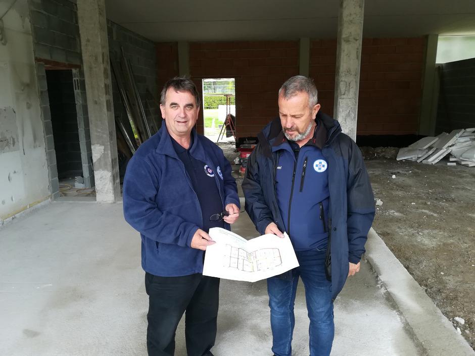 Präsident Meinhard Pargger und Obmann Franz Striemitzer (v.l.) verkünden den Baustart für den Stützpunkt der Wasserrettung Osttirol.