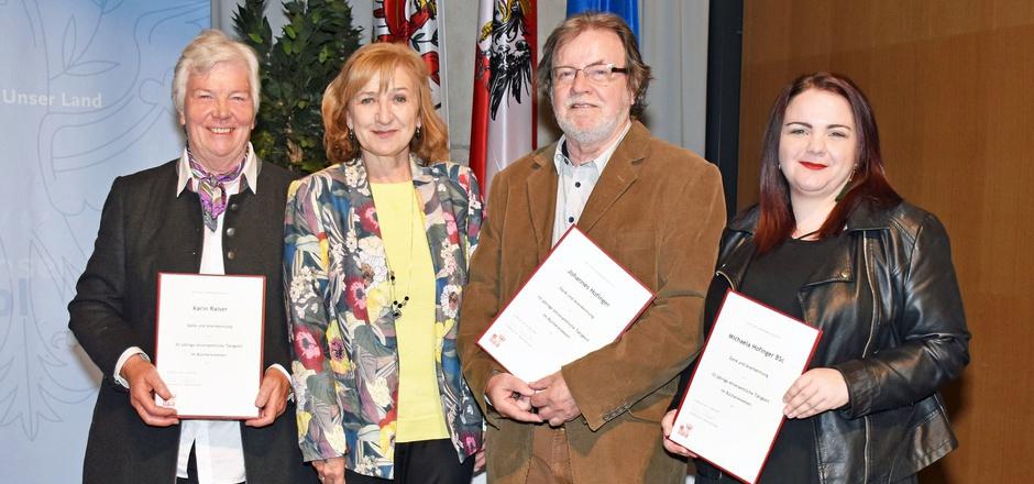LR Beate Palfrader (M.) gratuliert den Geehrten aus dem Bezirk Kitzbühel: v.l.: Karin Ralser, Johannes Hofinger und Michaela Hofinger.