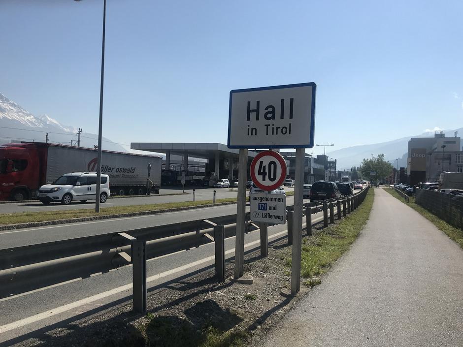 In Hall war das Hinweiszeichen für Ort und Geschwindigkeit um elf Meter versetzt angebracht.