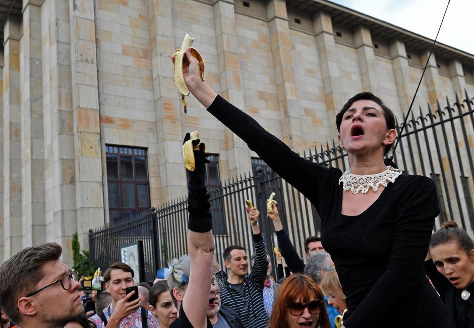 Kulturkampf in Polen: Weil eine Fotoserie von einer Banane essenden Frau als sittenwidrig aus dem Nationalmuseum entfernt wurde, versammelten sich vor drei Wochen viele Polen zum Protest mit Bananen.