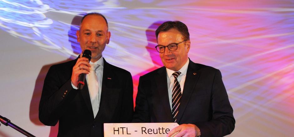 Reuttes Wirtschaftskammerobmann Christian Strigl (l.) mit Landeshauptmann Günther Platter bei der offiziellen Zusage des Landes Tirol zur HTL in Reutte.