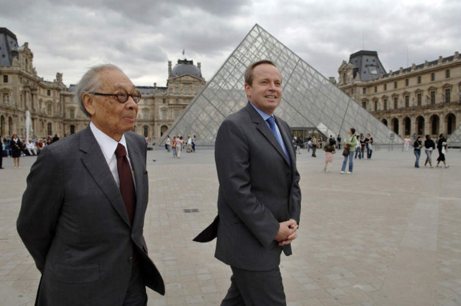 ieoh Ming Pei (li.), der zahlreiche bedeutende Bauwerke wie die berühmte Glaspyramide im Innenhof des Louvre in Paris und den modernen Anbau des Deutschen Historischen Museums in Berlin entworfen hat, starb am Donnerstag im Alter von 102 Jahren.