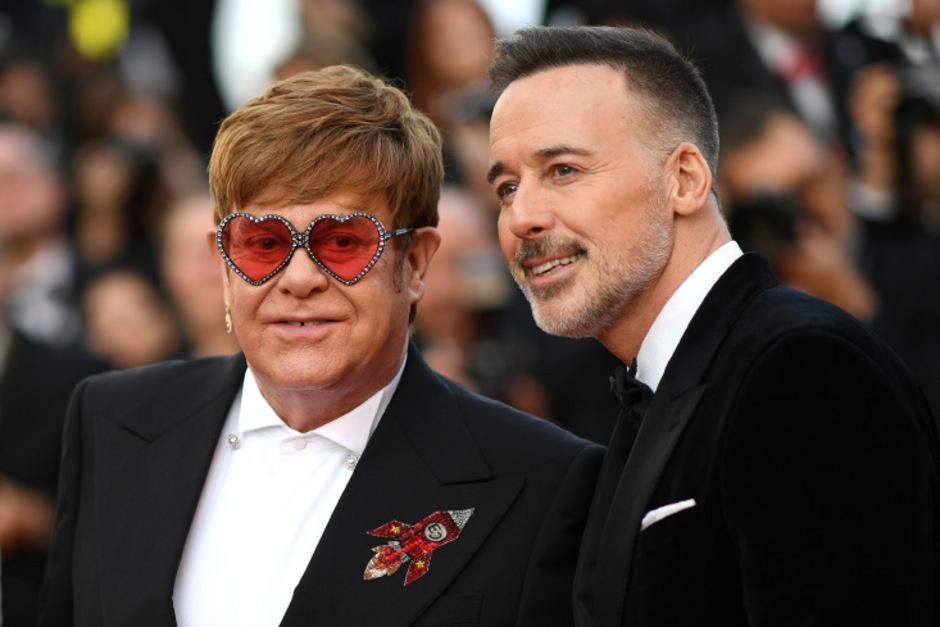 Elton John erscheint mit seinem Ehemann David Furnish zur Premiere in Cannes.