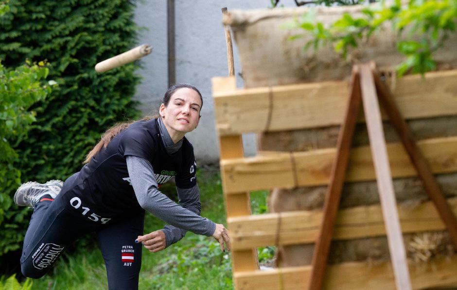 Fürs Training hat Petra Gruber den eigenen Garten adaptiert.
