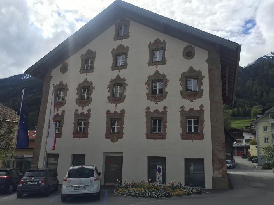 Die Marktgemeinde Fulpmes hat das neue Rathaus bereits im Oktober in Betrieb genommen, heute findet die große Eröffnungsfeier statt.