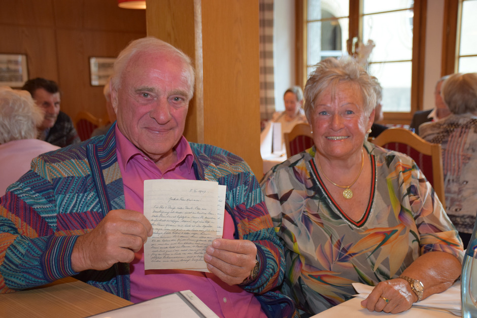 Wolfgang Krismer – im Bild mit Ehegattin Waltraud – stand noch Jahre nach der Ferienkinder-Aktion mit seiner Gastfamilie in Briefkontakt. Beim Durchlesen der Schriften werden Erinnerungen wach.