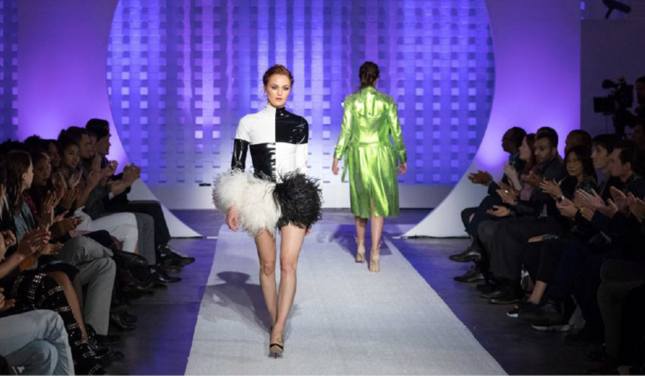 Vanessa schreitet für Designer Christian Cowan über den Catwalk.