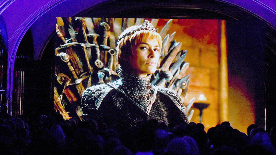 Cersei Lennister hat sich lange am Eisernen Thron gehalten, in der vorletzten Folge wurde sie aber von Drachenkönigin Daenerys Targaryen gestürzt. Diese hat sich allerdings durch ihr brutales Vorgehen viele neue Feinde gemacht.