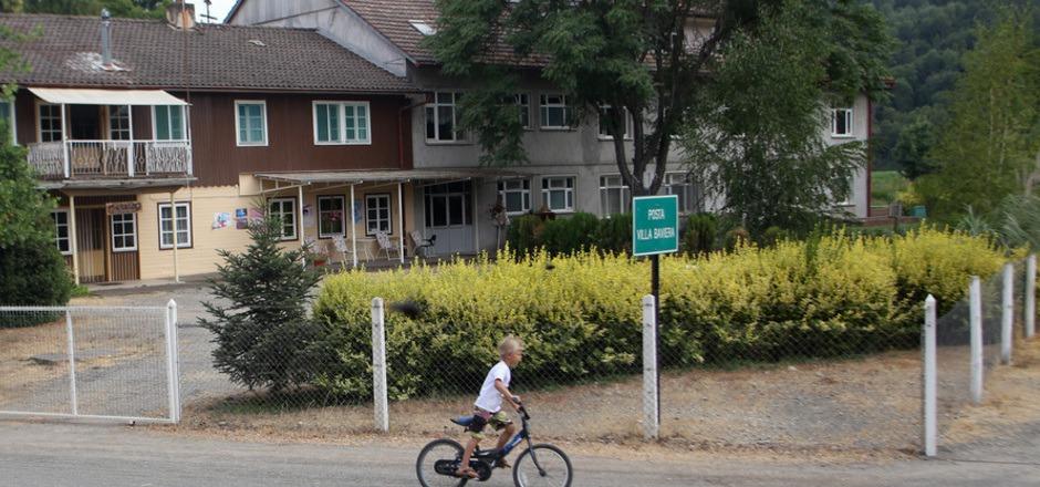 """Die immer noch bestehende Siedlung, die sich in den 90er-Jahren von Paul Schäfer lossagte, heißt jetzt """"Villa Baviera""""."""