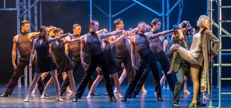"""Feurige und ausdrucksvolle Tänze, bekannte Songs, böser Humor und Komödiantik befeuern fast drei Stunden """"Chicago"""". Rechts im Bild die Roxie der Miriam Neumaier."""