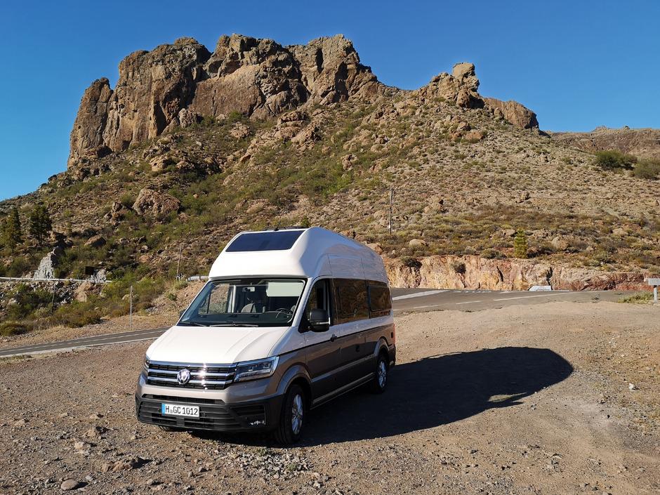 Auf den kurvigen Bergstraßen von Gran Canaria liegt der VW Grand California 600 ruhig in der Kurve.