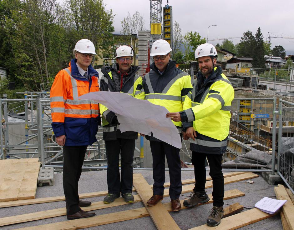 Christian Holzknecht, Vorstandsvorsitzender der Hall AG (l.), machte sich kürzlich selbst ein Bild von der Baustelle an der Salzbergstraße. Der neue Hochbehälter fasst in zwei Kammern 600 Kubikmeter Wasser.