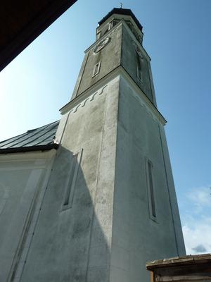 Der Turm der Filialkirche in Oberpettnau vor der Restaurierung.