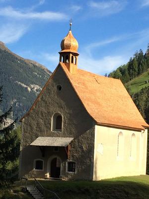 Die Filialkirche St. Ulrich in Pfunds erhielt ein neues Dach.