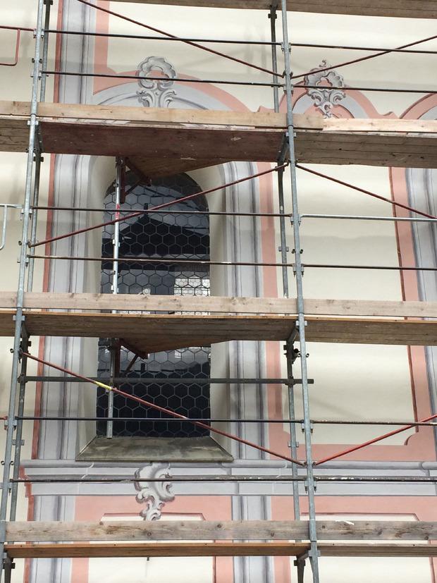 Im Gewölbe und an der Fassade der Kirche in Inzing traten Risse auf.