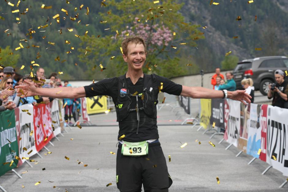 Nach 42 Kilometern und 3,44 Stunden strahlte Sieger Markus Burger im goldenen Konfettiregen in Umhausen.
