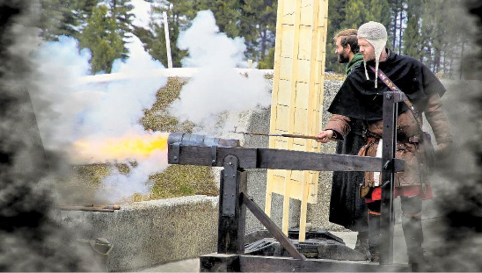 Sören Specht feuert das nachgebaute Geschütz aus dem 15. Jahrhundert ab.