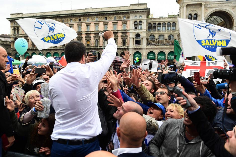 Italiens Innenminister Matteo Salvini nahm mehrere Bäder in der Menge.