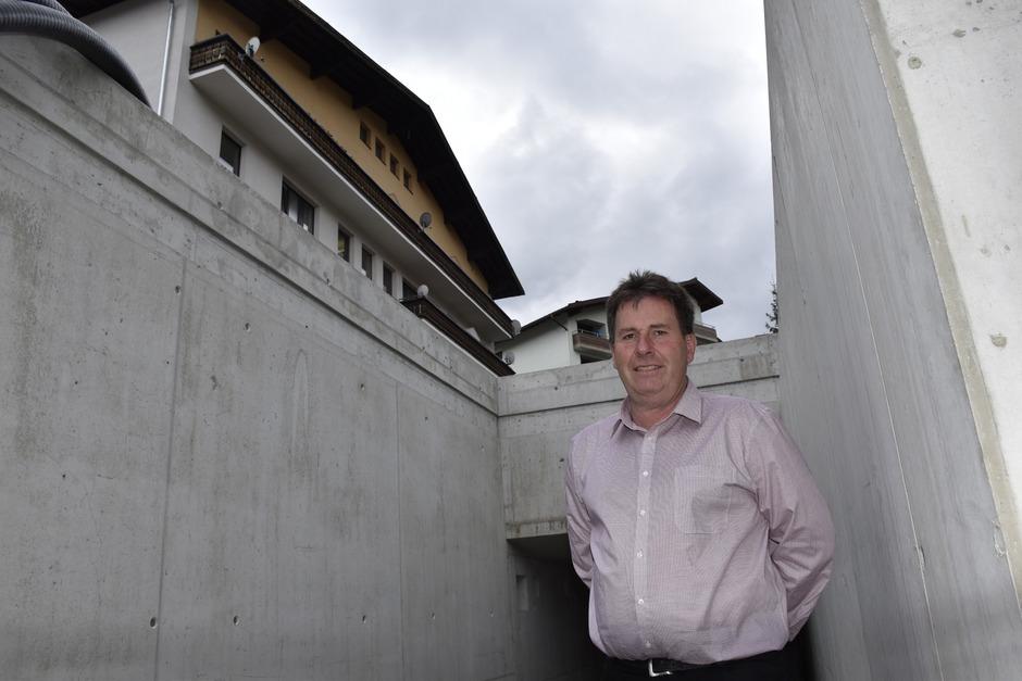 BM Josef Knabl beschreibt das Konzept vor dem Rohbau des Mikroheizwerkes, das die Wärme bringen soll. Der Strom aus der PV-Anlage soll vom Dach des Gemeindehauses darüber kommen.