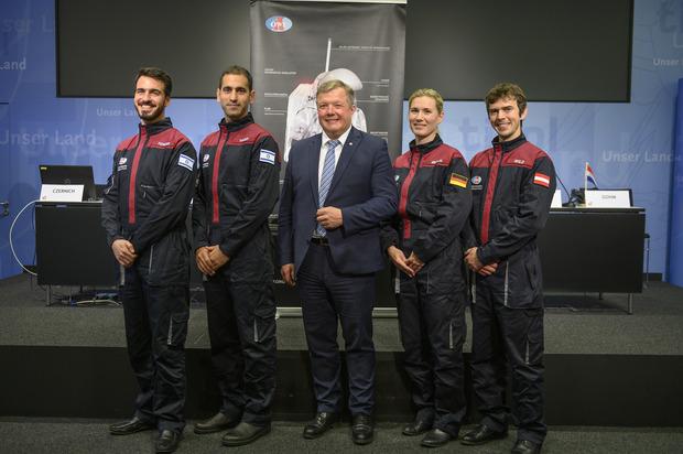 Landesrat Bernhard Tilg (Mitte) und ein Teil der neuen Crew (v.l.): Alon Tenzer, Liad Yosef, Anika Mehlis und Robert Wild.
