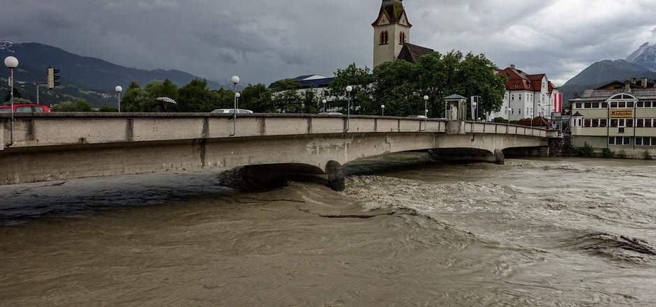 Die Brückenpfeiler der Schwazer Steinbrücke begünstigen Verklausungen bei Hochwasser. Das Bauwerk steht unter Denkmalschutz.