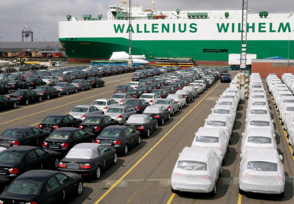 Zum Export bereitstehende Autos im deutschen Bremerhaven. (Archivbild)