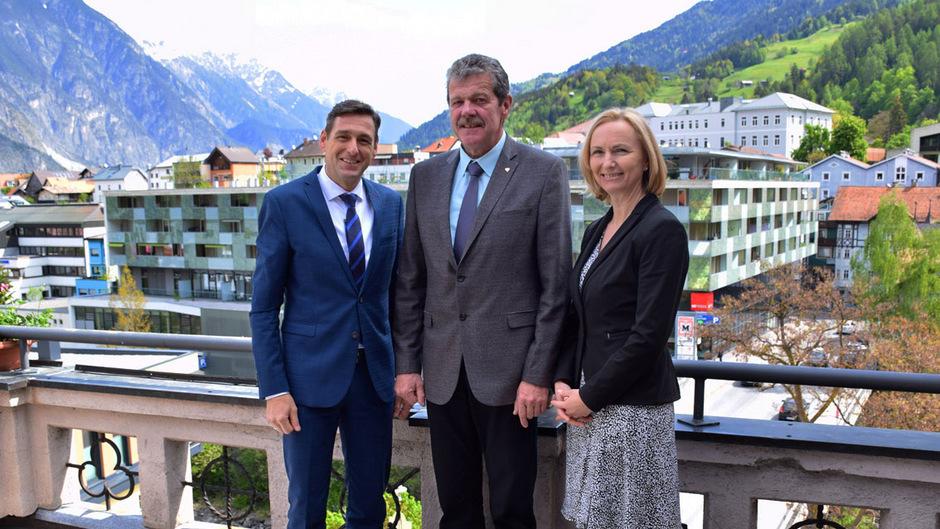 Landesamtsdirektor Herbert Forster (l.) und Stellvertreterin Barbara Soder trafen erstmals offiziell bei Landecks BH Markus Maaß ein.