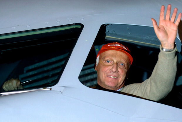 Der ehemalige Formel-1-Fahrer Niki Lauda winkt aus dem Cockpit eines Airbus 320.